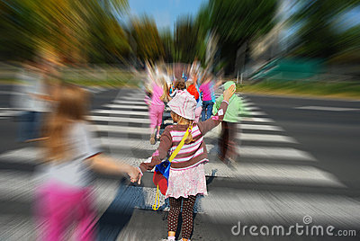 group-children-crossing-street-14245583